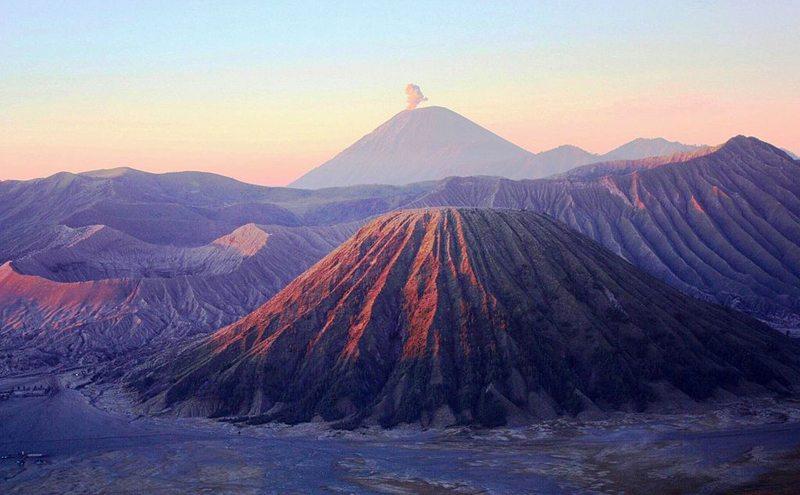 Vulkane Bromo, Batok und Semeru  (Bild: DANIEL JULIE, Wikimedia, CC)