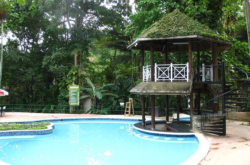 Swim-up Bar und Pool in Enchanted Gardens, Ocho Rios, Jamaica (Bild:  ikkle wata, Wikimedia, CC)