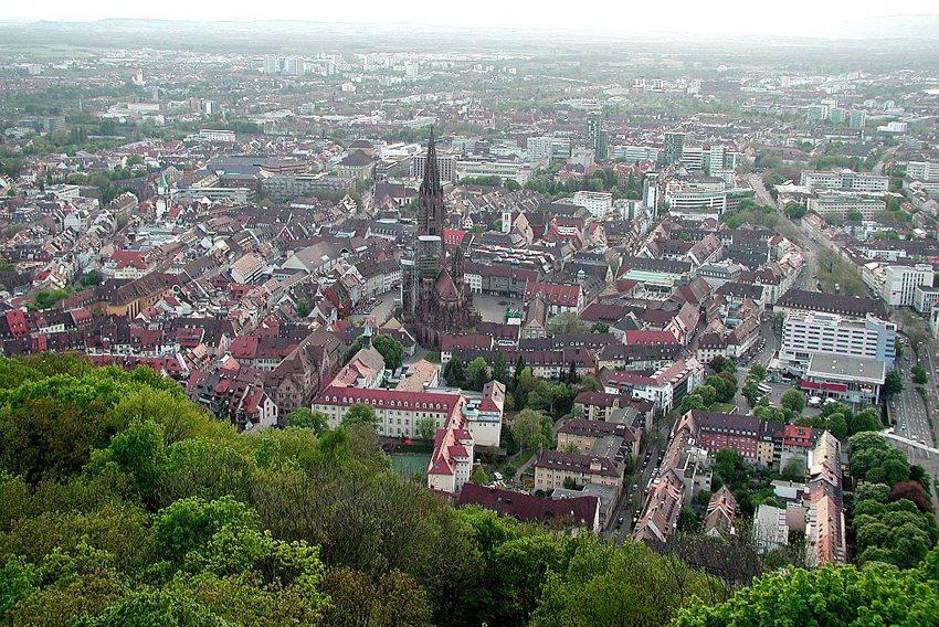 Blick vom Aussichtsturm auf dem Schlossberg auf die Altstadt und das Münster (Bild: Yeats, Wikimedia, CC)
