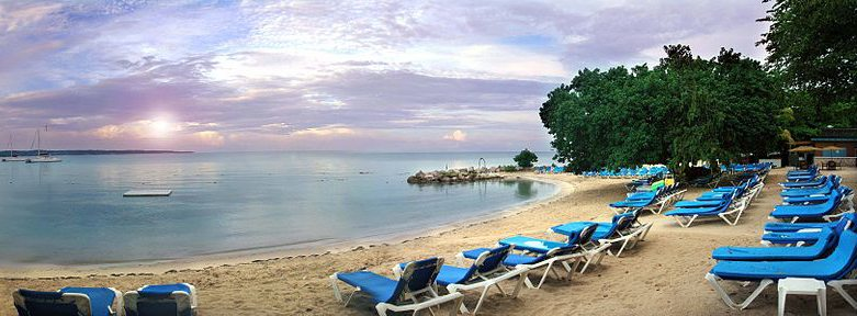 Hotelstrand auf Jamaica (Bild: JohannVanbeek, Wikimedia, CC)