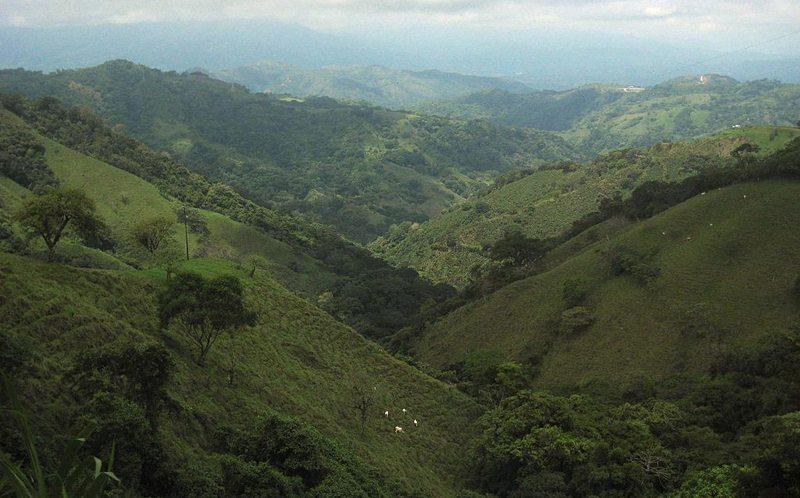Die Landschaft entlang der Strasse, die nach San José führt (Bild: The World Factbook, Wikimedia)