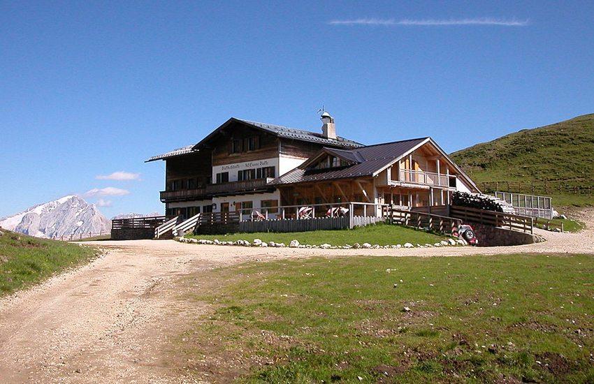 Grödener Höhenweg führt direkt zur Plattkofelhütte (Bild: Godromil, Wikimedia)