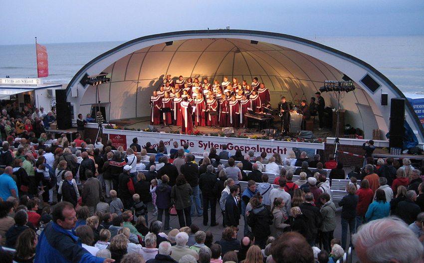 Musikmuschel auf der Strandpromenade in Westerland (Bild: Wilhelmy, Wikimedia, CC)