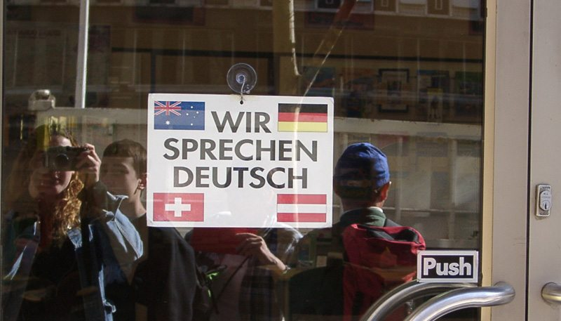 """""""Wir sprechen Deutsch""""-Schild in Australien (Bild: Lucie Gerhardt  / pixelio.de)"""