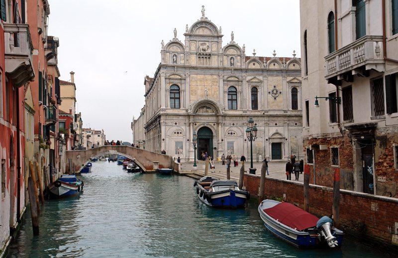 Vaporettos, Gondeln und Wassertaxen bringen sie in Venedig am schnellsten zu Ihrem Ziel (Bild: Thomas Max Müller / pixelio.de)