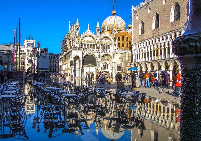 Markusplatz in Venedig bei acqua alta (Bild: Jakob Ehrhardt / pixelio.de)
