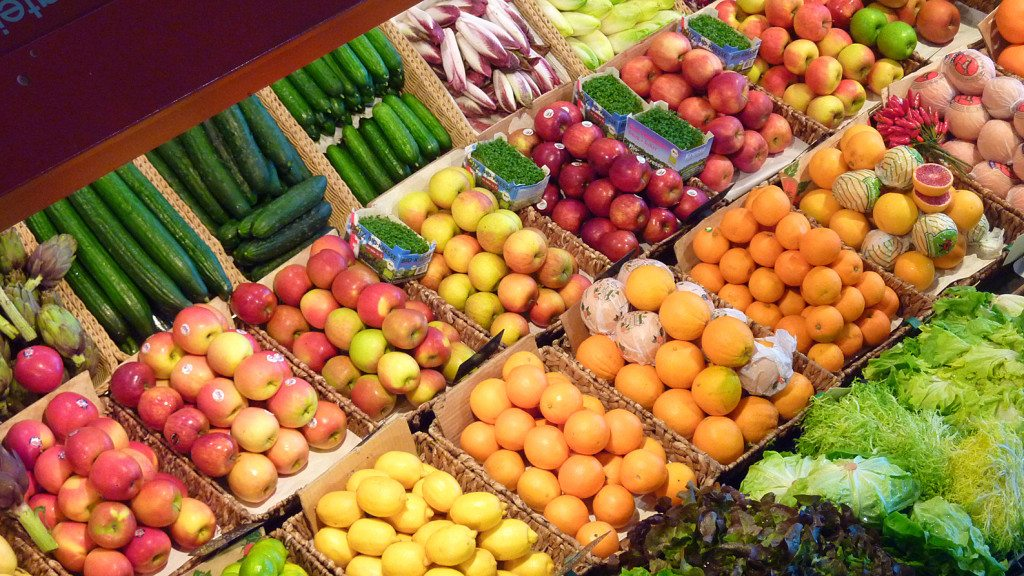 Eine ausgewogene Ernährung erhält die Sommerbräune (© Lupo  / pixelio.de)