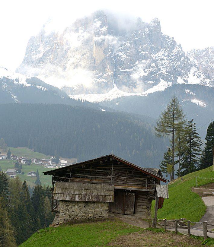 Der Bauernhof Insom in Gröden (Bild: Wolfgang Moroder, Wikimedia, CC)