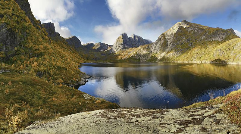 Djupfjord auf der Insel Moskenesøy (© Ximonic / Wikimedia / CC)