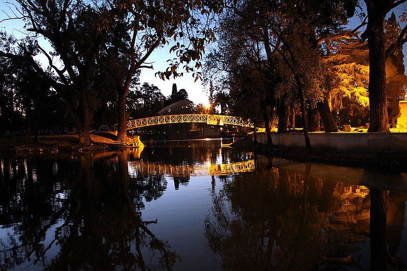 Künstlicher See im Stadtpark Parque Sarmiento (© Daniel J. Farré / Wikimedia / CC)