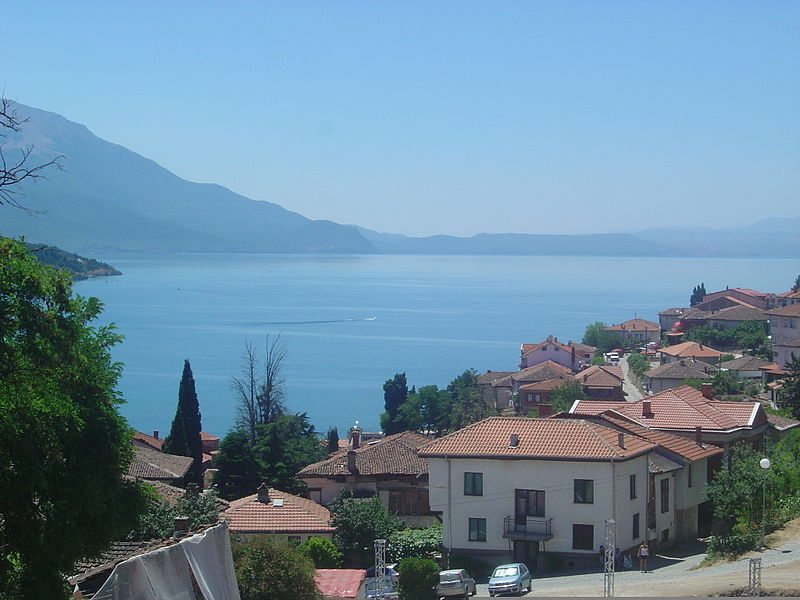 Blick von Ohrid auf den Ohridsee (Bild: PMK1 / Wikimedia / public domain)