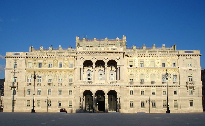 Regierungspalast an der Piazza dell'Unità d'Italia (© Airin / Wikimedia / CC)