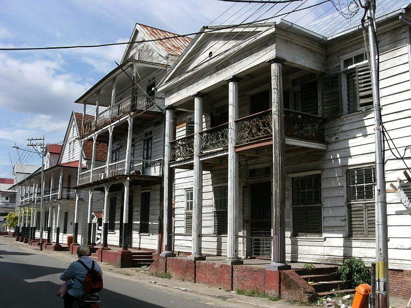 Gebäude im traditionellen Kolonialstil in Paramaribo (© Mark Ahsmann / Wikimedia / CC)