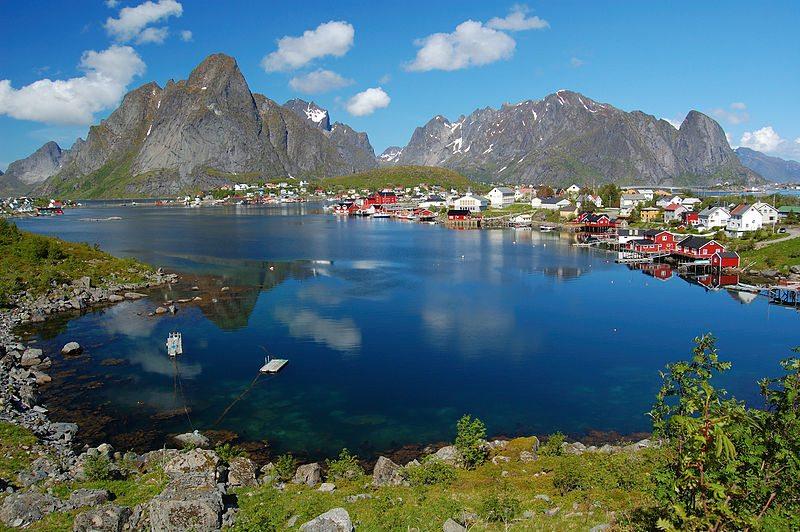 Fischerdorf Reine auf der Insel Moskenesøya (© Petr Šmerkl / Wikipedia / CC)