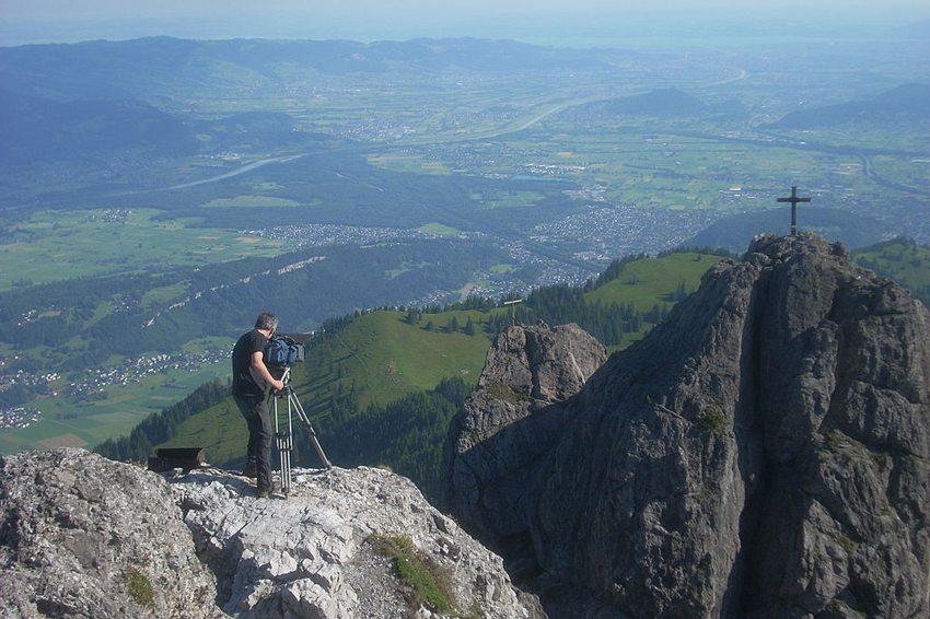 Atemberaubende Aussichten zum Mitnehmen – Blick von den Drei Schwestern nach Norden in das Vorarlberger Alpen-Rheintal (Bild: Wepomaq, Wikimedia, CC)