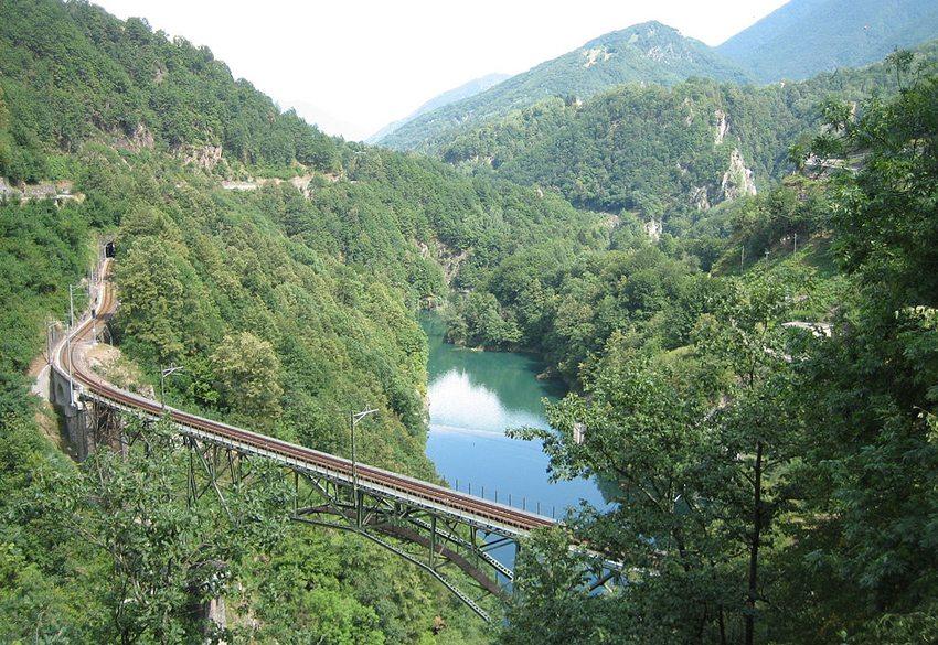 Centovallibahn – Ruinacci-Viadukt im Centovalli bei Camedo (Bild: Adrian Michael, Wikimedia, CC)