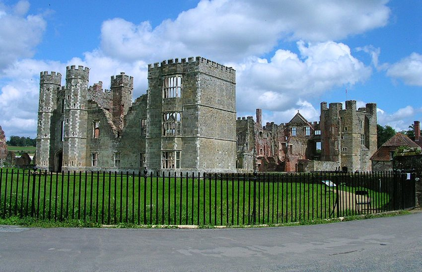 Spukruine Cowdray House (Bild: Charlesdrakew, Wikimedia, CC)