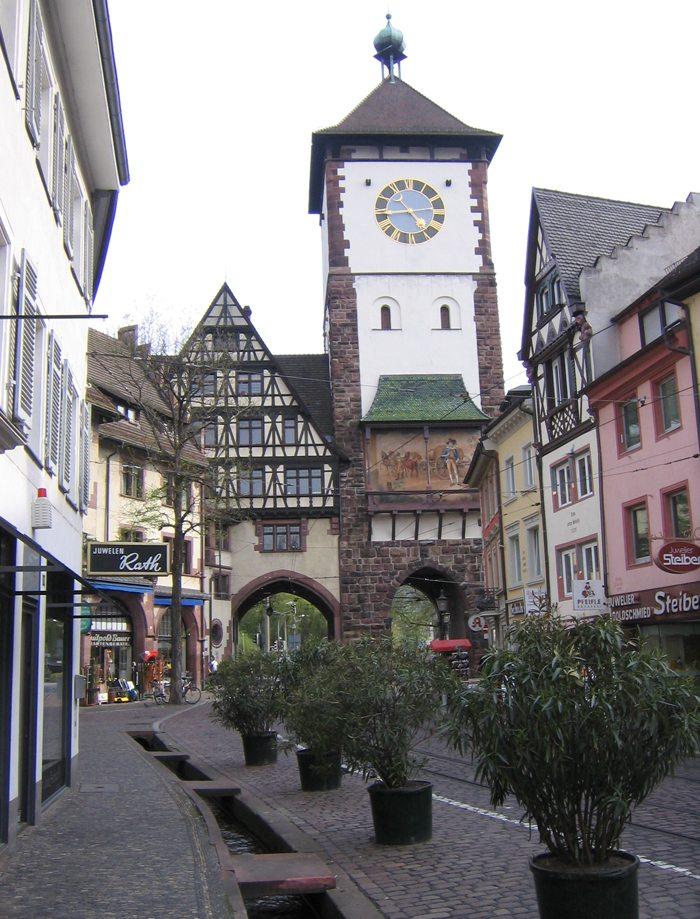 Das Schwabentor – der Beginn der Bächle in der Freiburger Innenstadt (Bild: Flominator, Wikimedia, CC)