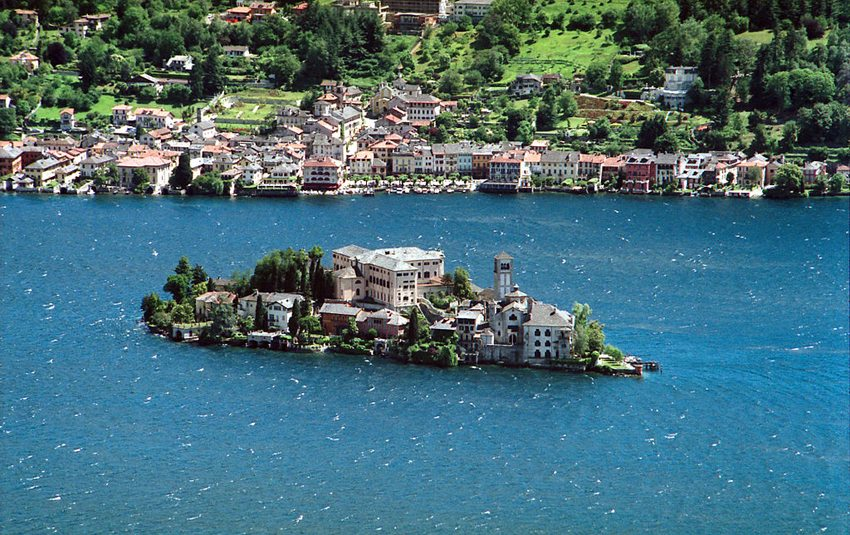 Isola San Giulio mit Orta im Hintergrund (Bild: Carlo Colombo, Wikimedia, CC)