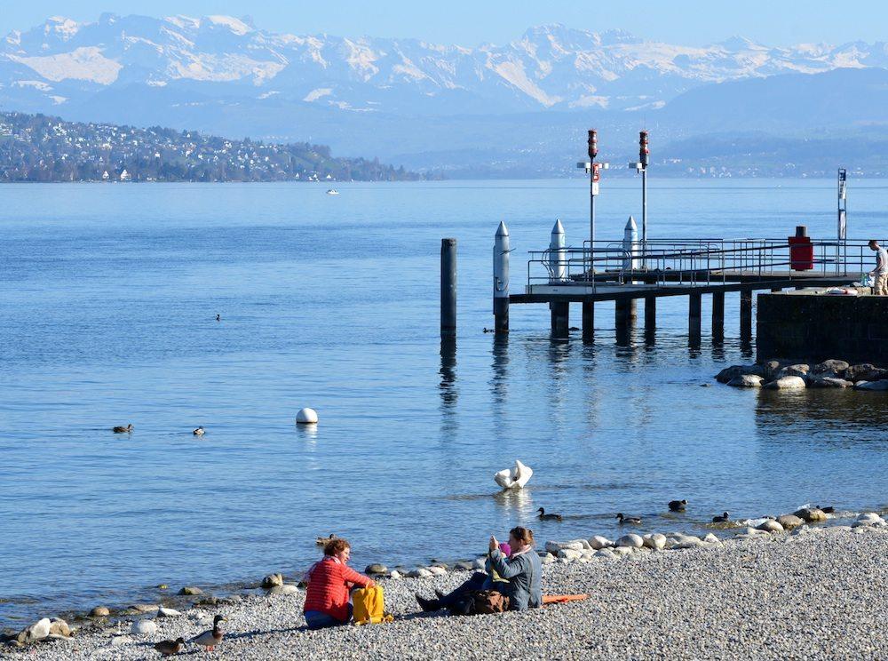 Entspannen am Wasser mit den schneebedeckten Bergen im Hintergrund - das ist Zürich. (Bild: © celeste clochard - Fotolia.com)