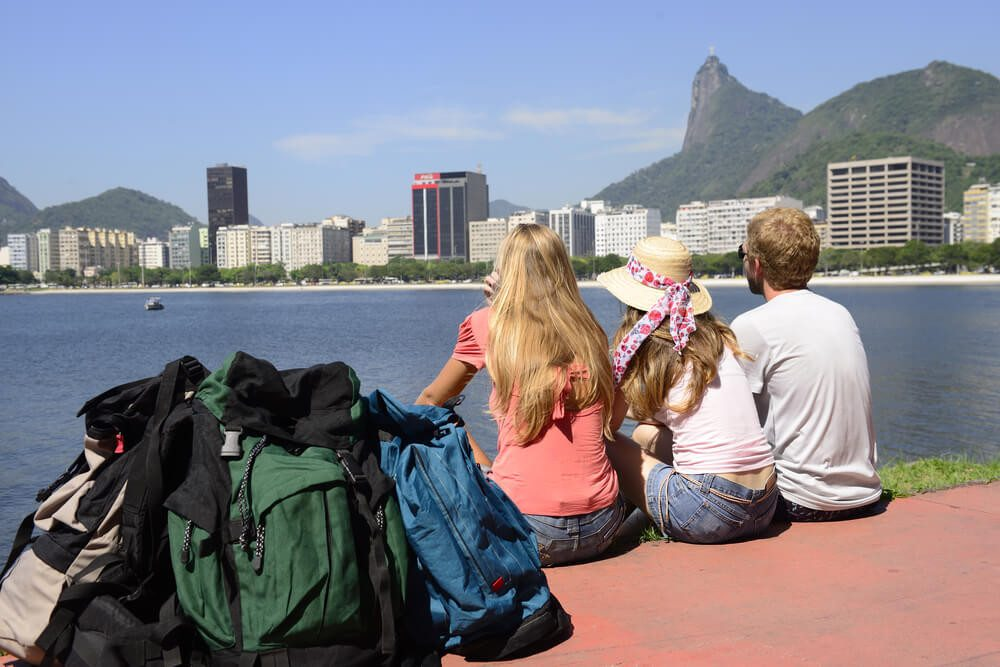 Backpacker geniessen den Blick auf die Christusstatue an der Guanabara-Bucht von Rio de Janeiro. (Bild: © mangostock - shutterstock.com)