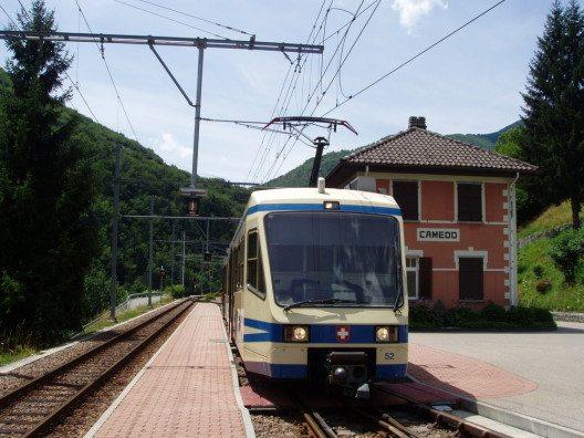 Eine Erlebnisreise der besonderen Art ist die Fahrt mit der Centovalli-Bahn von Locarno nach Domodóssola. (Bild: © Abou Shanab - shutterstock.com)