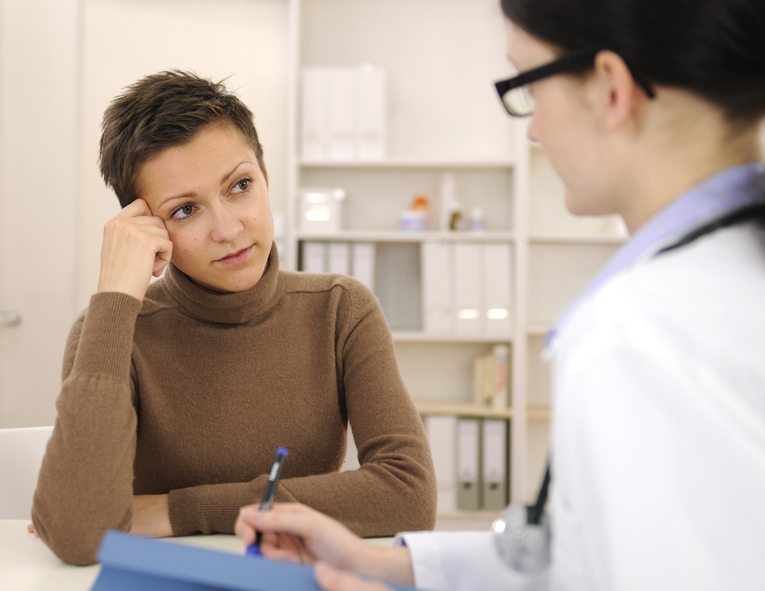 Hausarzt informiert Sie gerne über alle notwendigen Impfungen. (Bild: mangostock /Shutterstock.com)