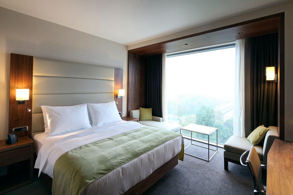 Nehmen Sie ihr Zimmer gleich nach dem Ankommen in Augenschein. (Bild: Berni / Shutterstock.com)