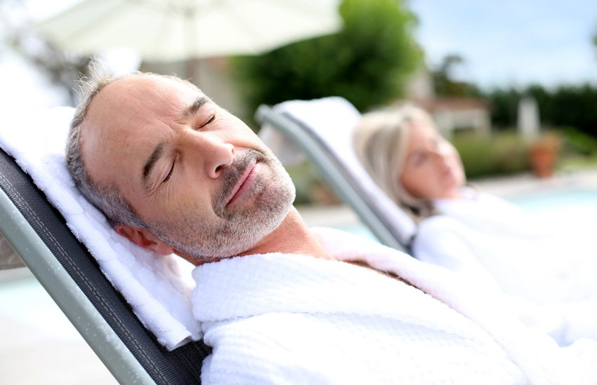Wellnessreise tun in jedem Alter gut. (Bild: Goodluz / Shutterstock.com)