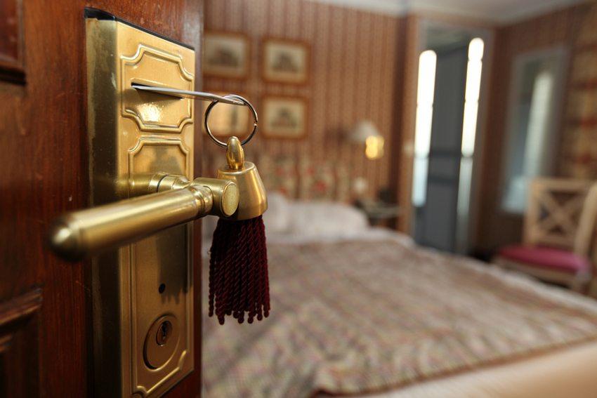 Türklinken, Fernbedienungen oder Lichtschalter werden beim Putzen der Hotelzimmer oft vernachlässigt (Bild: Sven Hoppe / Shutterstock.com)
