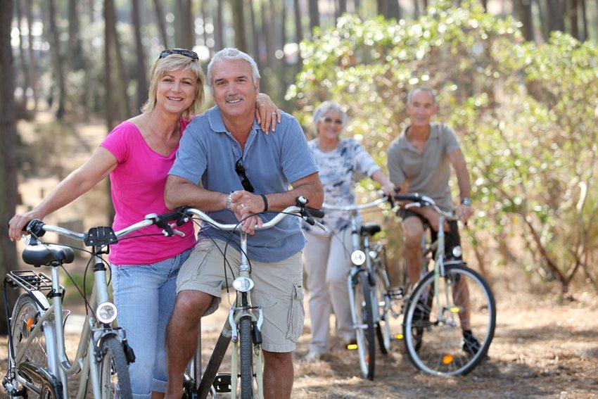 Ferien in der Natur sind ideal für sportlich aktive Senioren (Bild: auremar / Shutterstock.com)