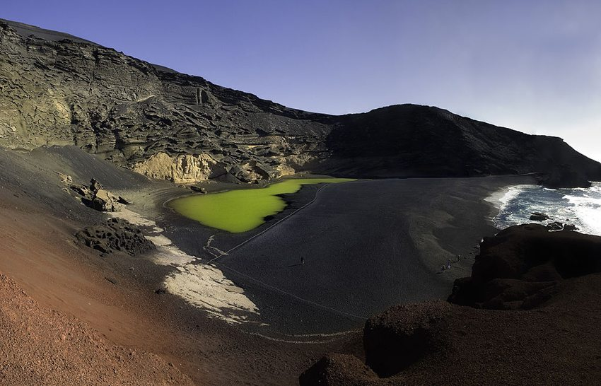 Halb im Meer versunkener Krater El Golfo (Bild: Gernot Keller, Wikimedia, CC)