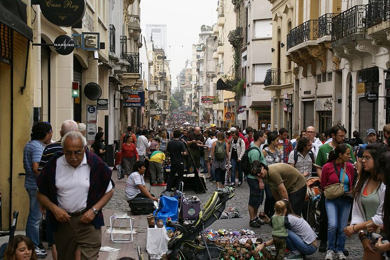 Flohmarkt im Barrio San Telmo (Bild: Hermann Luyken, Wikimedia, CC)