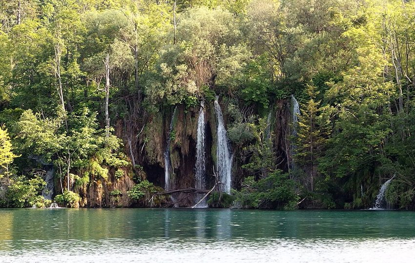 Wasserfall im Nationalpark Plitvicer Seen (Bild: Mark Ahsmann, Wikimedia, CC)