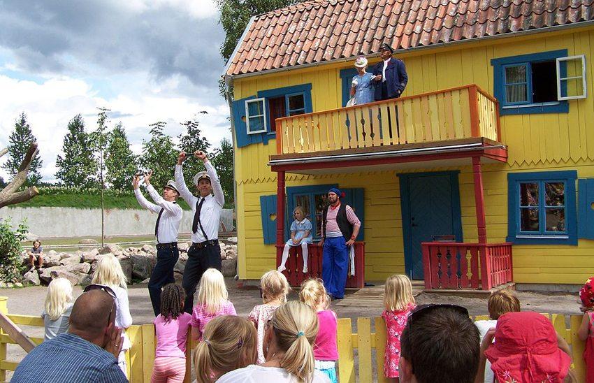 Neue Villa Kunterbunt in Astrid Lindgrens Värld (Bild: Klugschnacker, Wikimedia, CC) Schweden Ferien