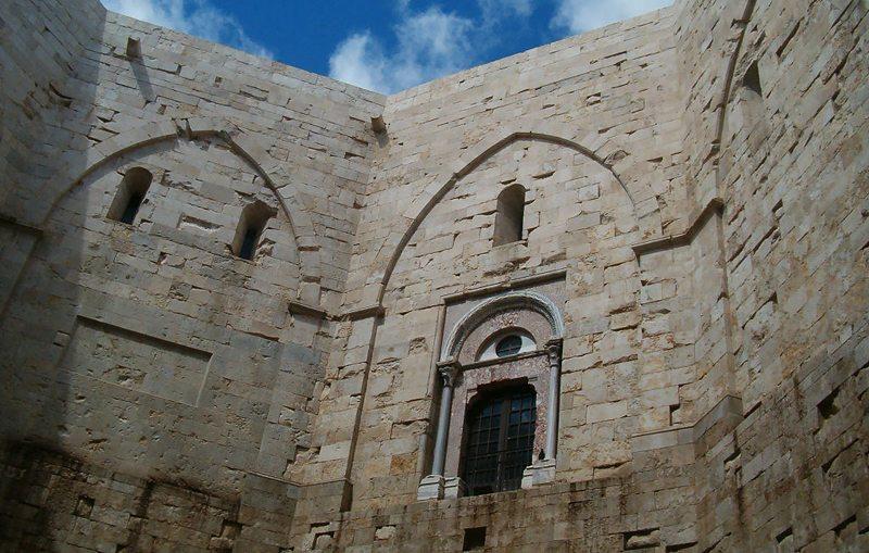 Innenhof vom Castel del Monte (Bild: Marcok, Wikimedia, CC)