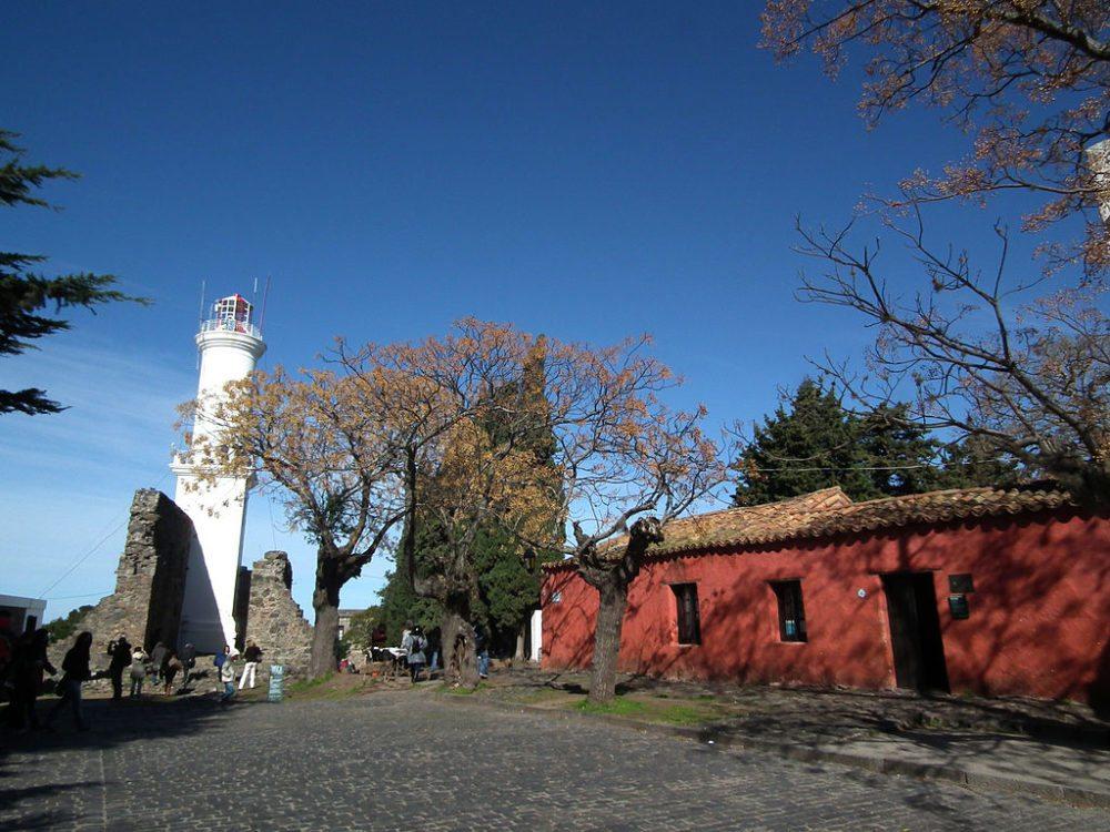 Leuchtturm von Colonia über den Ruinen des alten Klosters (© Fulviusbsas / Wikimedia / CC)