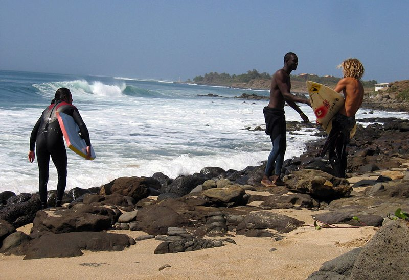 Surfer am Strand von Dakar (Bild: Manuele Zunelli, Wikimedia, CC) Ferien Afrika
