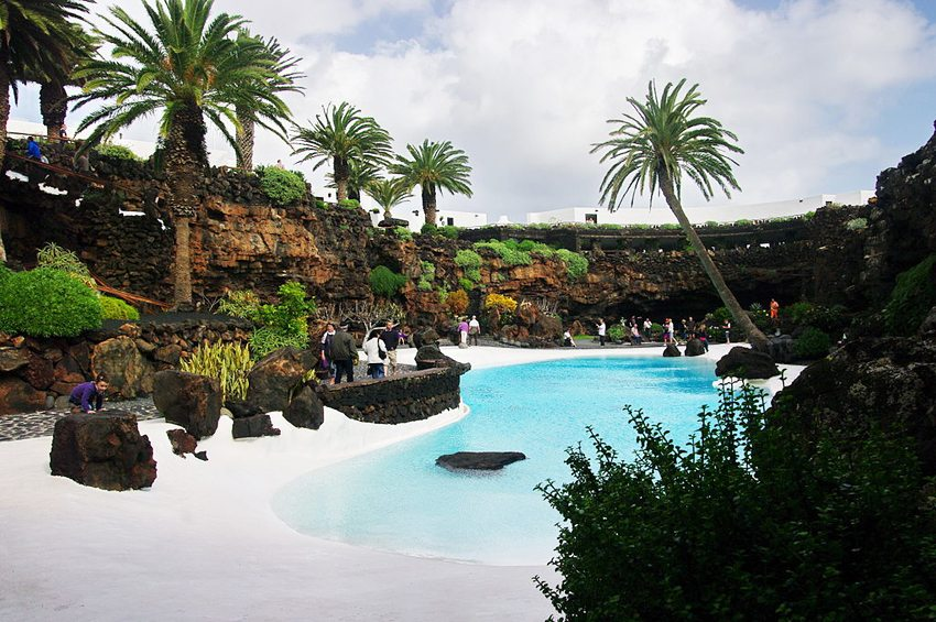 Das weisse Schwimmbecken in Jameos del Agua, Haria, Lanzarote (Bild: Balou46, Wikimedia, CC)