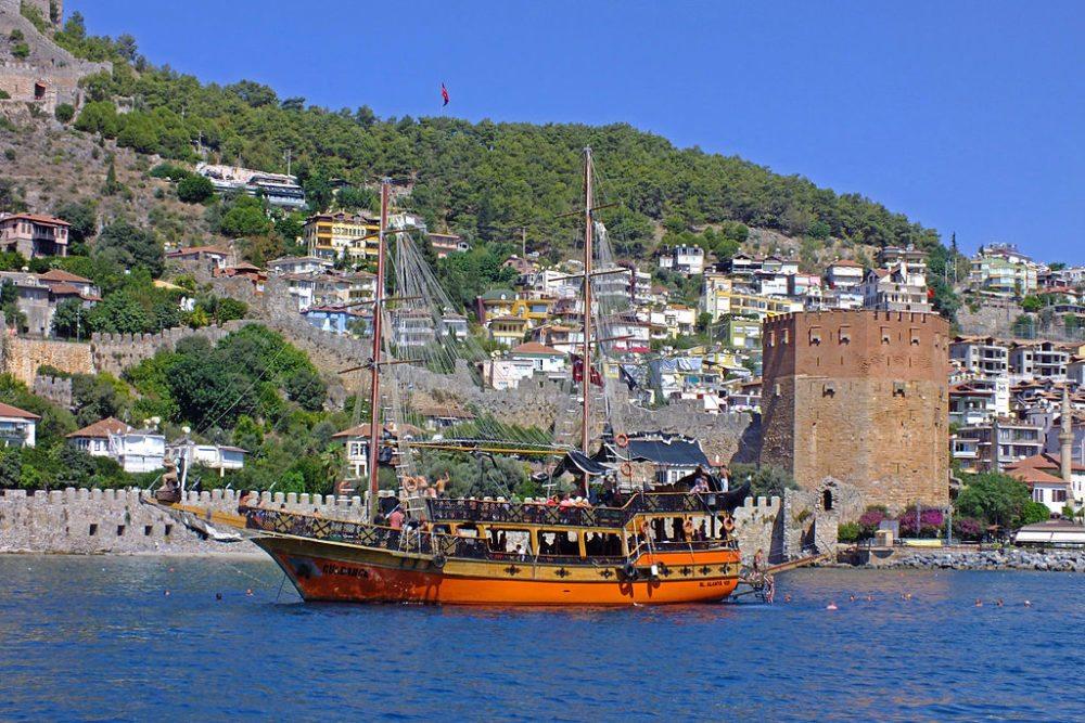 Ausflugsboot vor dem Roten Turm (© Nize / Wikimedia / CC)