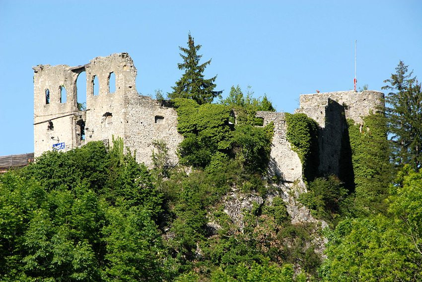 Die Burgruine Finkenstein am Faaker See (Bild: Johann Jaritz, Wikimedia, CC)
