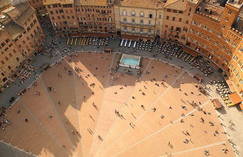 Der Mittelpunkt Sienas ist die Piazza del Campo im Herzen der Altstadt. (Bild: Guido.Haeger, Wikimedia, CC)
