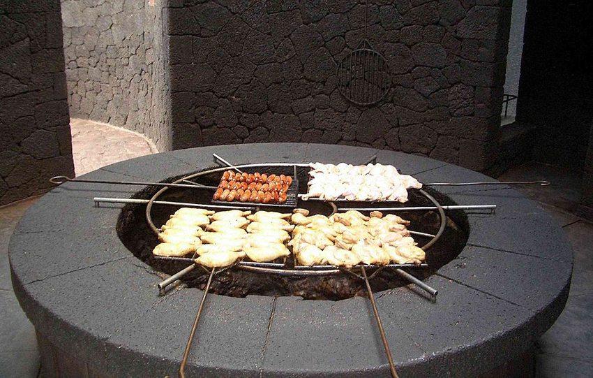 Grill im Timanfaya-Touristcenter beheizt mit der Hitze des Vulkans (Bild: KaHe, Wikimedia)