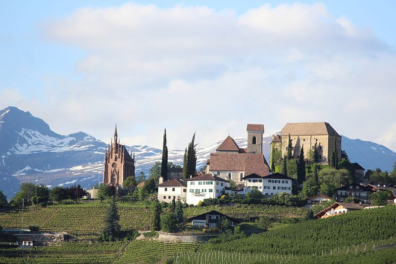 Schenna´s Sehenswürdigkeiten – Mausoleum, Schloss Schenna und Pfarrkirche Maria Himmelfahrt (Bild: Thesurvived99, Wikimedia, CC)