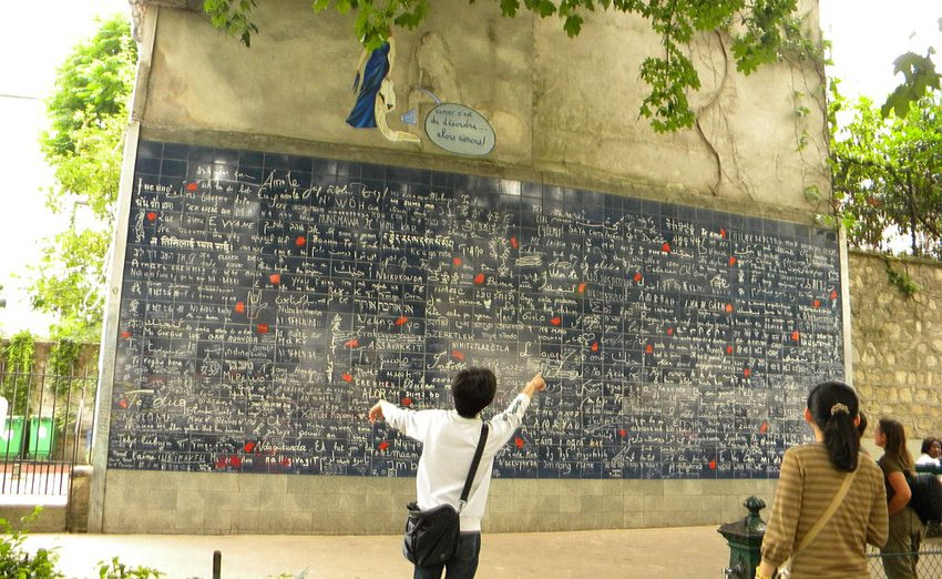 """""""Je t'aime""""-Mauer im Quartier Montmartre am Place des Abbesses (Bild: Britchi Mirela, Wikimedia, CC)"""