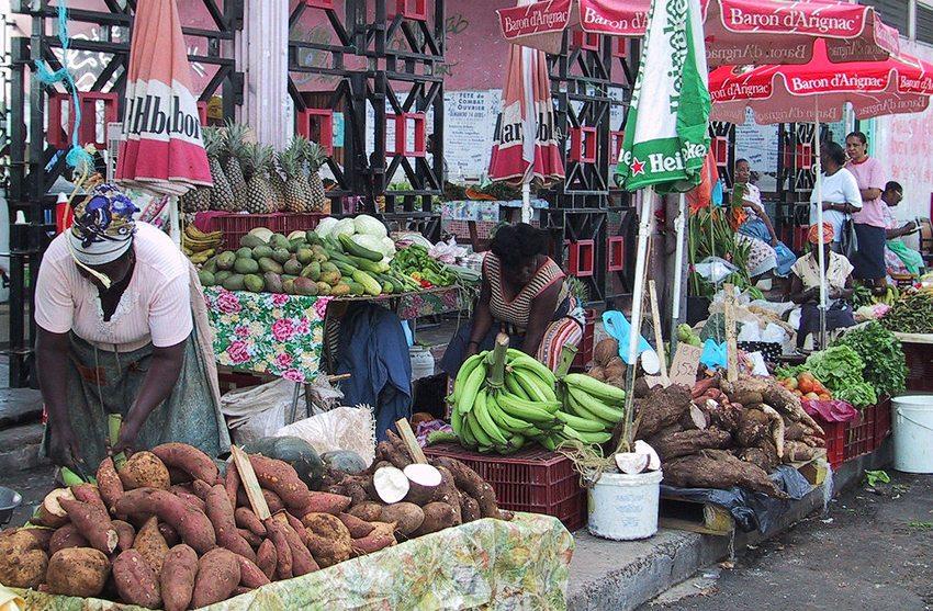 Markt in Point-à-Pitre (Bild: Graphicos, Wikimedia)