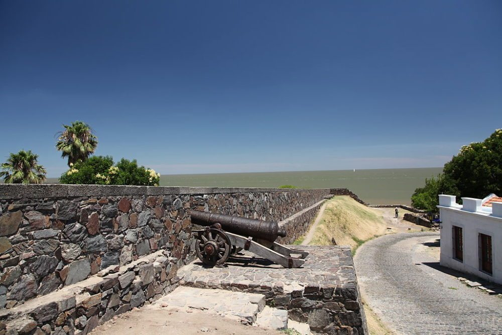 Alter Festungswall über dem Río de la Plata (© Liam Quinn / Wikimedia / CC)