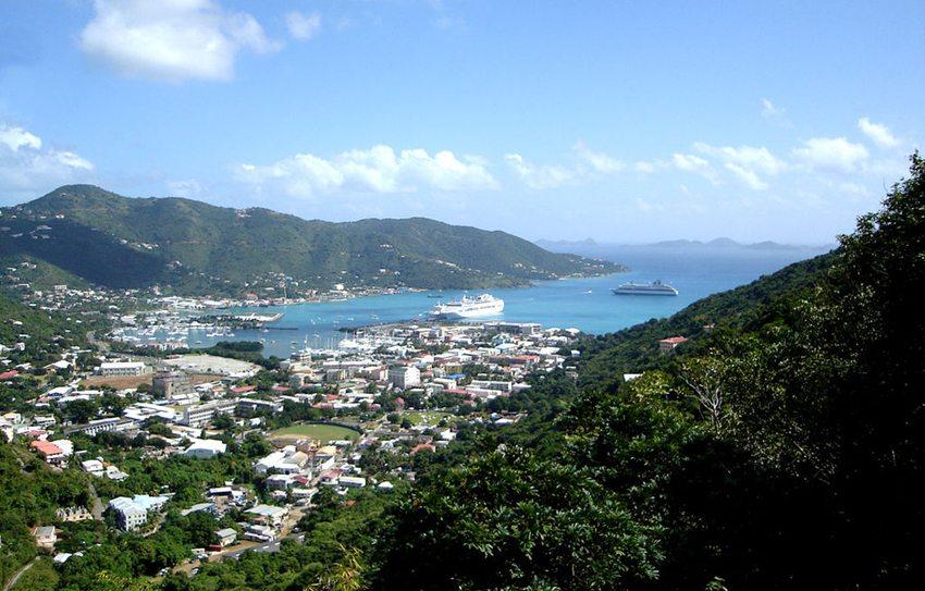 Road Town – die Hauptstadt der Insel (Bild: Henry A-W, Wikimedia, GNU)