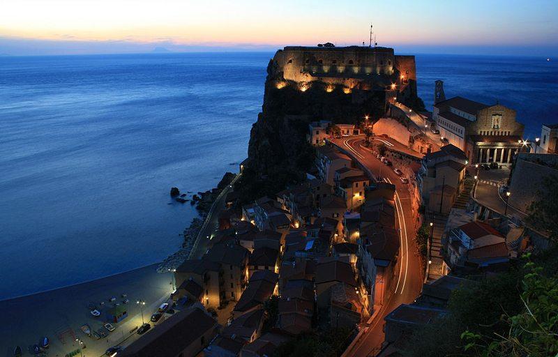 Castello Ruffo in Scilla bei Nacht (Bild: Cirimbillo, Wikimedia, CC)