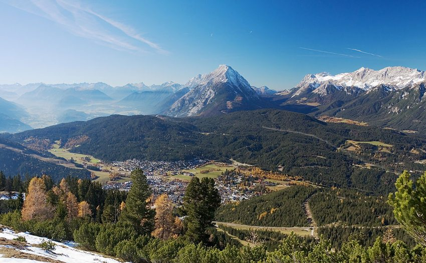 Ein Blick vom Hermelekopf auf Seefeld, Tirol (Bild: Ikiwaner, Wikimedia, CC)
